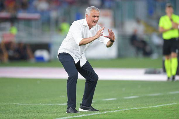 José Mourinho eläytyi täysillä Roman ja Trabzonsporin väliseen Konferenssiliigan karsintamatsiin.