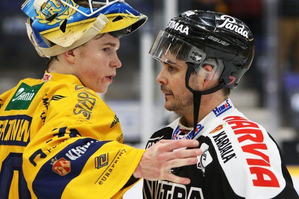 Sukupolvien kohtaaminen. Mahtiottelun pelannut 20-vuotias Lassi Lehtinen lohdutti eläkkeelle siirtyvää Eric Perriniä, 43.