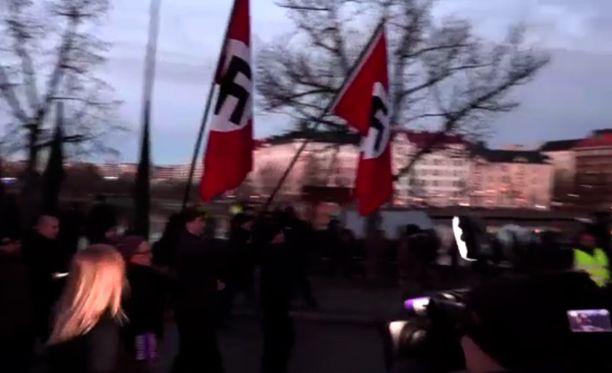 Hakaristilippuja kannettiin näyttävästi mielenosoituskulkueen kärjessä vuoden 2018 itsenäisyyspäivänä Helsingissä.