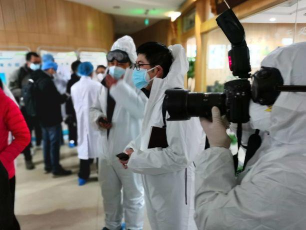 Kiinalaisia toimittajia Wuhanissa vuoden 2020 helmikuussa. Kuvituskuva.