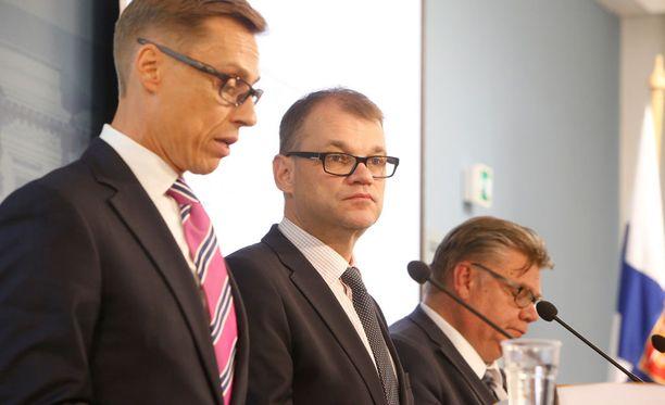 Valtiovarainministeri Alexander Stubb, pääministeri Juha Sipilä ja ulkoministeri Timo Soini keskustelevat tänään hallintorekisteristä.
