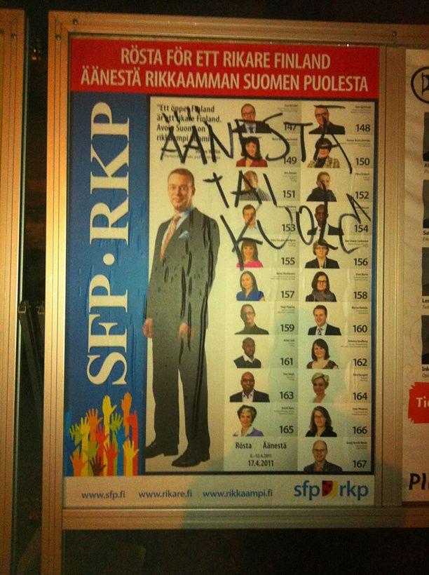 Vaalimainokseen töherretty oma mielipide Helsingissä Puotilassa.