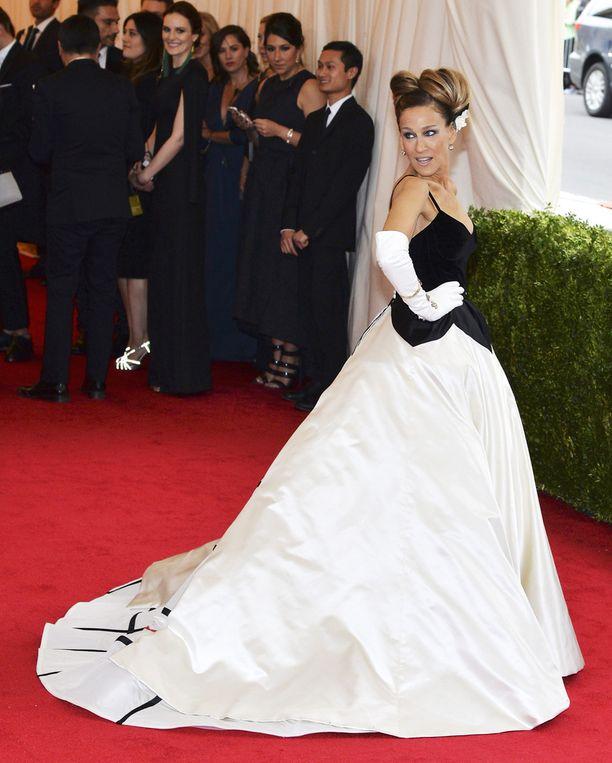 Sarah Jessica Parker pukeutui Oscar de la Rentan iltapukuun vuonna 2014.
