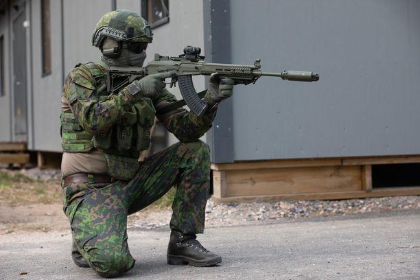 Rynnäkkökiväärin uusista malleista yhdessä kokeillaan suomalaiseen maastoon sopivaa vihreää häivepinnoitetta. Kyseinen M3-malli tulee kaikkien ensilinjan joukkojen käyttöön. Säädettävä teleskooppiperä löytyy aseen kaikista versioista.