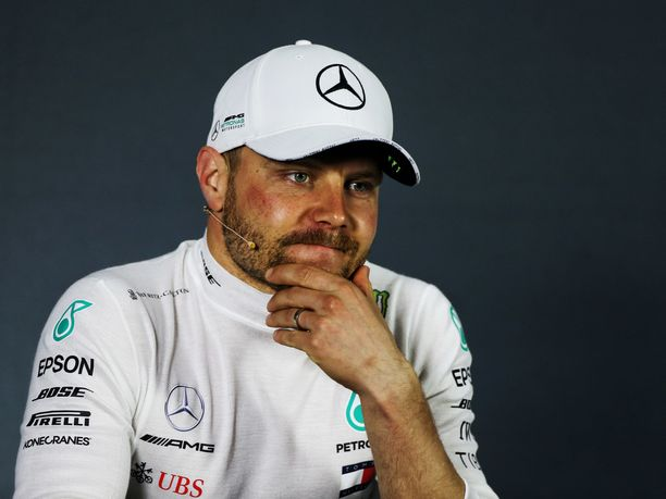 Valtteri Bottas ei anna mitään armoa Lewis Hamiltonille.