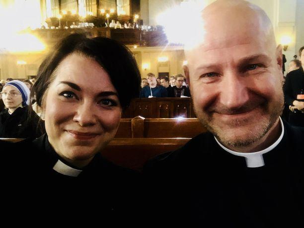 Malmin seurakunnan kirkkoherra Heikki Arikka ja kirkkohallituksen ihmisoikeus- ja yhteisötyön asiantuntija Laura Arikka odottamassa paavin saapumista.