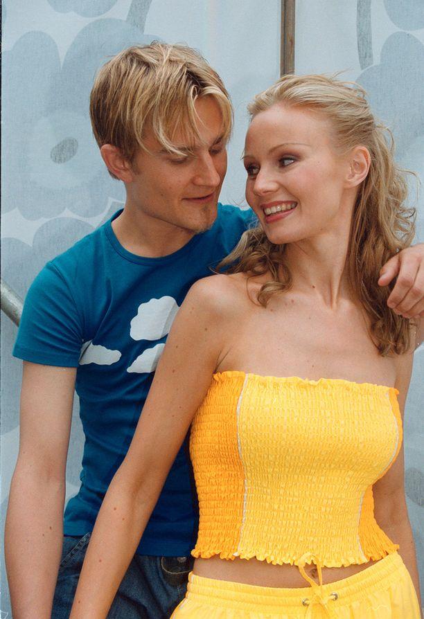 Maria Taipale oli suosittu malli. Tässä hän poseeraa Marimekon näytöksessä, jonka musisoinnista vastasi Lenni-Kalle Taipale.