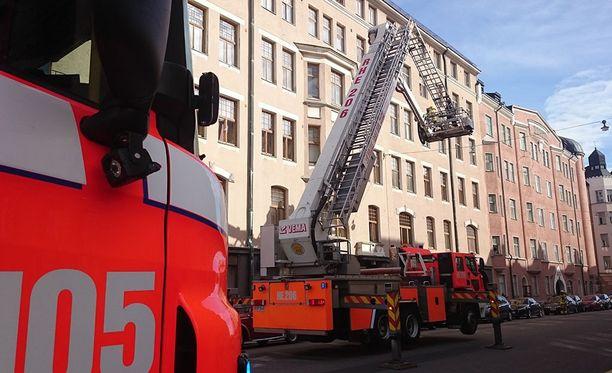 Sekavassa tilassa ollut mies kiipesi rakennuksen katolle sunnuntai-iltapäivänä Helsingin Kapteeninkadulla.