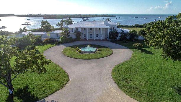 Thompson Island ja sillä oleva kartano kuuluivat aikaisemmin äveriäälle liikemiehelle Edward B. Knightille, joka kuoli pari vuotta sitten.