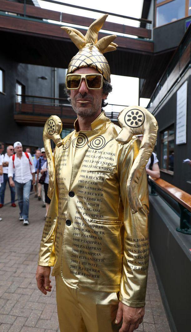 Chris Favan eli mansikkamiehen takki muistutti Wimbledonin miesten kaksinpelin kultaista voittopokaalia.
