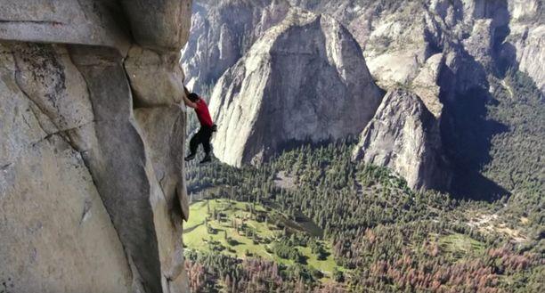 Nyt jännittää - ainakin leffan katsojaa. Huimissa korkeuksissa kiipeävän kiipeilijän suoritus salpaa hengen.