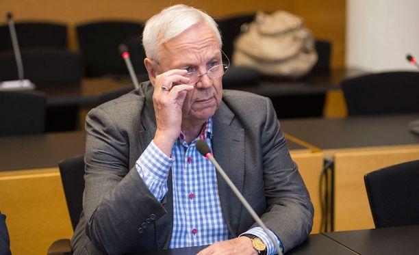 Jukka Peltomäkeä syytetään lahjuksien ja etuuksien vastaanottamisesta.