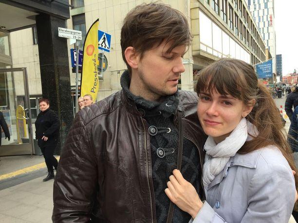 Tukholmalainen Niklas Ridoff lohdutti tyttöystäväänsä Solveig Rundquistia Åhlensin edustalla lauantaina.
