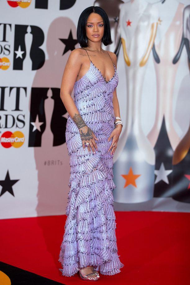 Rihannan lilassa iltapuvussa oli trendikäs avonainen yläosa.