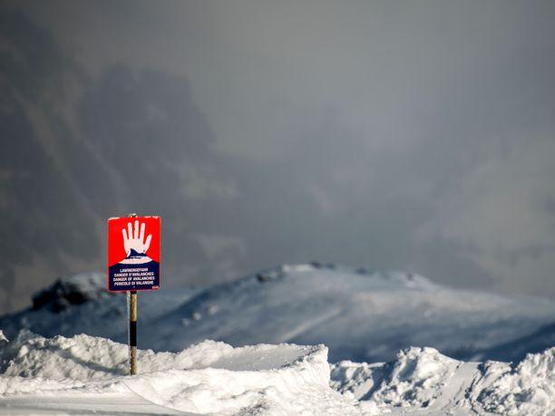 Lumivyöryistä varoittava kyltti Kitzbühelissä Itävallassa.