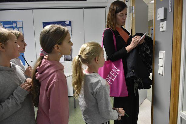 Lasten harrastukset saavat jatkua. Opetusministeri Li Andersson tapaa kuvassa alakoululaisia viime keväänä Lappeenrannassa.