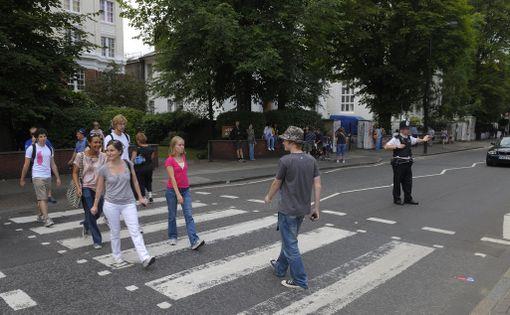 Ihmisiä ylittämässä Abbey Roadia.