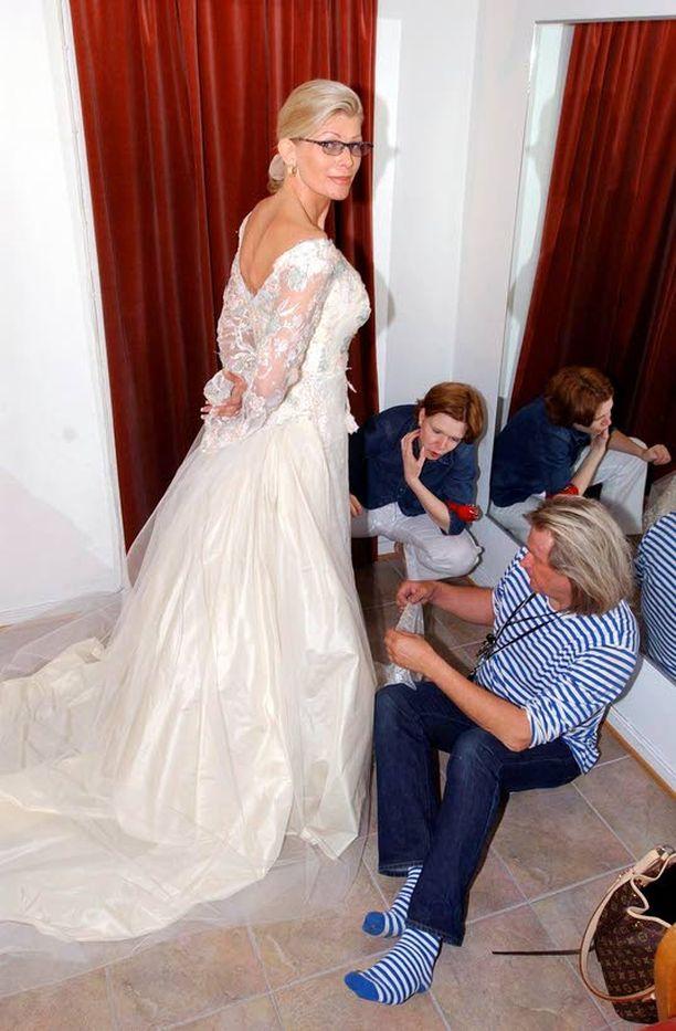 NAIMISIIN Tiina Jylhä meni naimisiin Juhani Palmun kanssa kesällä 2002. Hääpuvun sovituksessa oli mukana sen suunnittelija, Jukka Rintala.