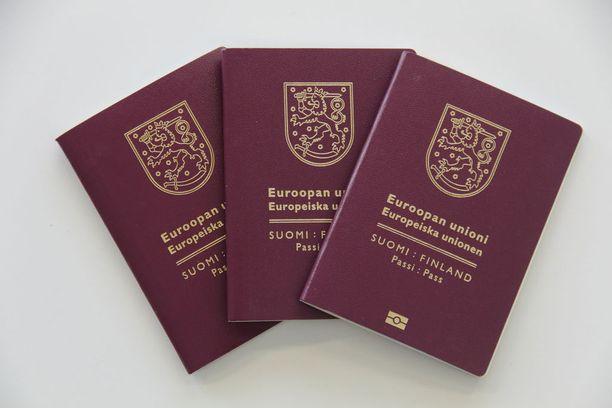 Kantelijat eivät ole saaneet tyttärensä saamenkielistä nimeä väestötietojärjestelmään, minkä takia nimeä ei ole voitu tulostaa oikein passiin tai Kela-korttiin.