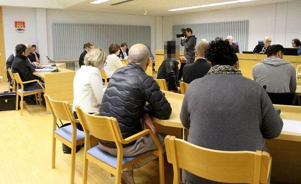 Oulun käräjäoikeudessa alkoi torstaina niin sanotun pizzamafiajutun pääkäsittely.