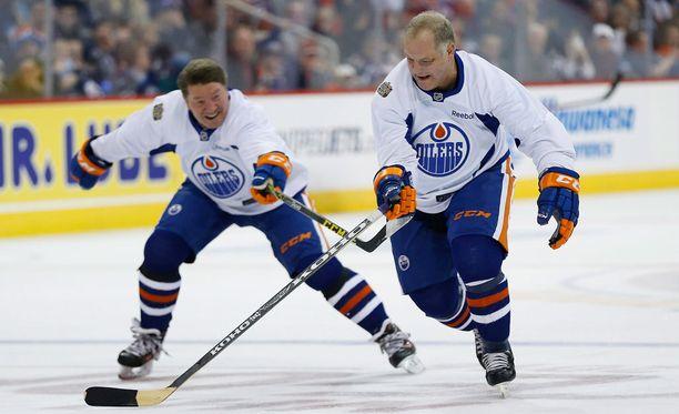 Jari Kurri ja Esa Tikkanen kuuluivat Edmonton Oilersin alumnijoukkueeseen, joka kohtasi Winnipeg Jetsin vastaavan ryhmän.