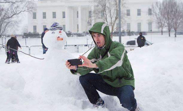Harrison Feind otti selfien valkoisen talon edustalla Washingtonissa.
