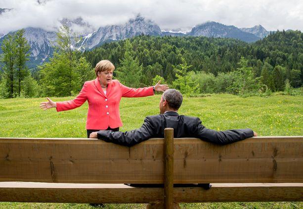 Tällaisia rentoja kuvia Trumpin ja Merkelin tapaamisesta tuskin saadaan. Merkelillä ja ex-presidentti Obaman välit olivat lämpimät.