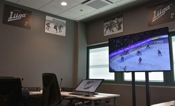 Huonetta koristavat monitorien ja kuulokepöytien lisäksi liigaotteluissa otetut valokuvat.