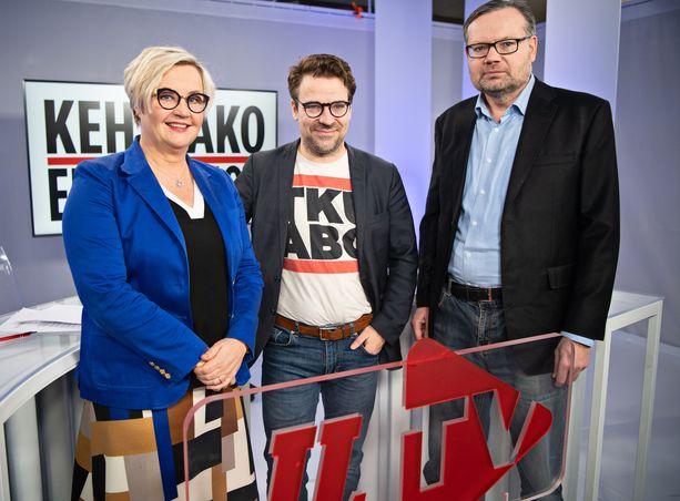 Vihreiden kansanedustaja Ville Niinistö (keskellä) osallistui perjantaina IL-TV:n Kehtaako edes sanoa -ohjelmaan. Vieressä Iltalehden pääkirjoitustoimittaja Kreeta Karvala sekä politiikan ja talouden toimittaja Mika Koskinen.