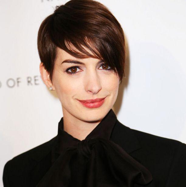 Anne Hathaway näyttää lyhyen tukan trendikkäimmän asennon.
