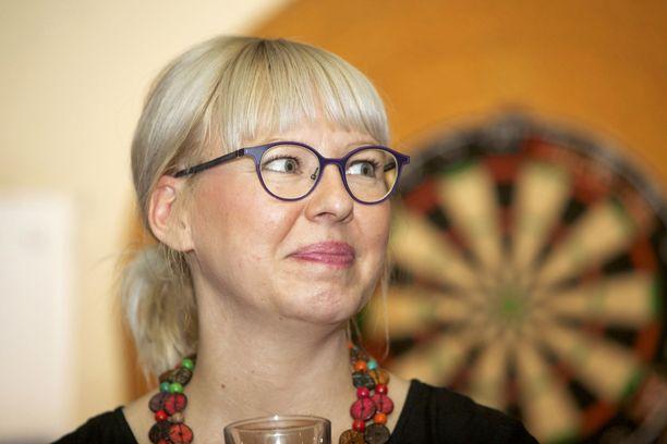 Sosiaali- ja terveysministeri Aino-Kaisa Pekonen (vas) vastaa Marinin (sd) hallituksessa apteekkialan uudistuksesta.