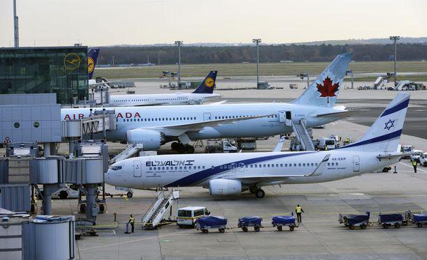 Ehdotettu kuvateksti/Kuvan kuvaus: Britannian ilmailuviranomainen voisi vaatia lentoyhtiöitä istuttamaan seurueita lähekkäin lennoilla. Kuvassa lentokoneita Frankfurtin lentoasemalla.