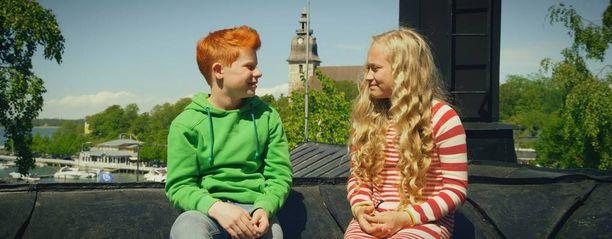 Sympaattiset lapsisankarit Risto Räppääjä ja Nelli Nuudelipää joutuvat jälleen seikkailun ja arvoitusten äärelle.