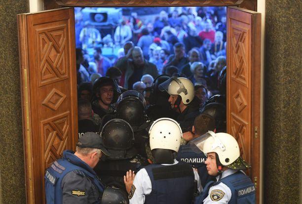 Parlamenttitalon luona pidetty mielenosoitus äityi väkivallaksi.