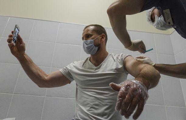 Tällä viikolla koronavirusta vastaan rokotettujen määrä on ohittanut tautiin sairastuneiden määrän. Kuvassa mies ottaa kehuttua Sputnik V -rokotetta Moskovassa.