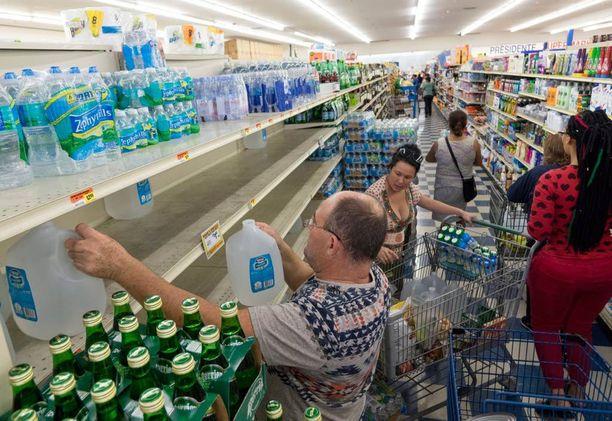 Viranomaiset ohjeistivat ihmisiä varaamaan koteihin juomavettä.