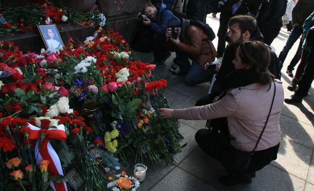 Igor ja Tara Kovalenko laskivat tiistaina kukkia Teknologicheskii Institut -metroasemalla.
