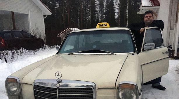 Tero Takamaa ennätti jo poistaa kyltit autojensa katoilta. Nyt ne pannaan takaisin.
