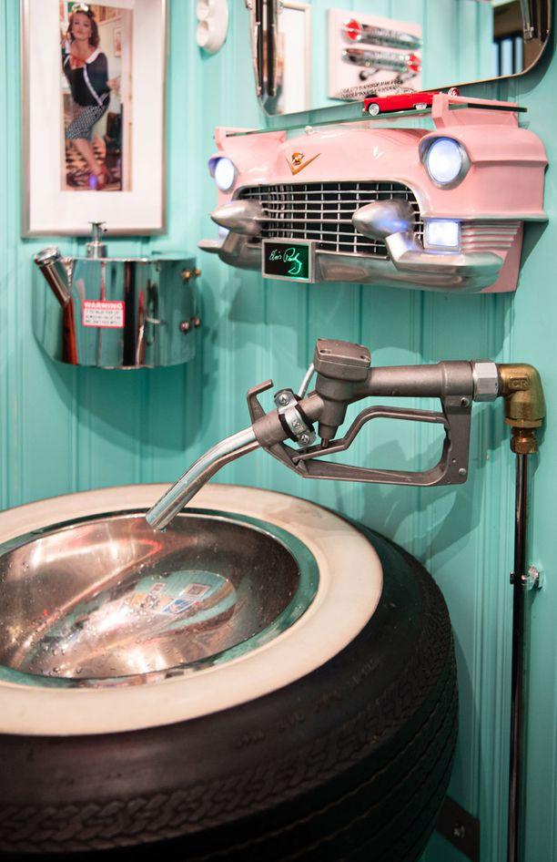 Vesihana on vanha bensapistooli, lavuaarin rengas Thunderbirdin alkuperäinen rengas. Veden saa virtaamaan polkemalla lattialla olevaa kaasupoljinta.