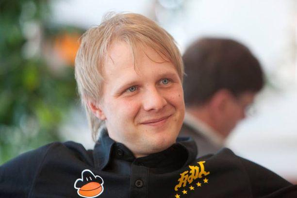 Pikkuveli Mikko Hylkilä vaikuttaa pelinjohtajana.
