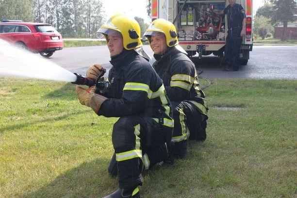 Vuoden sopimuspalokuntalaisiin kuuluvat Sakarias Kangastie ja Niko Övermark treenaavat taitojaan säännöllisesti muiden palokuntalaisten tavoin.