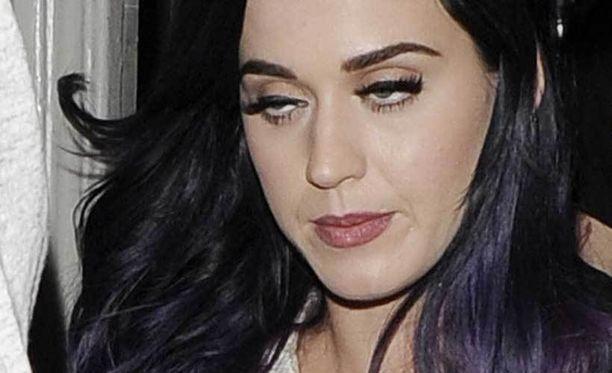 Laulaja Katy Perryn silmät olivat painua kiinni.