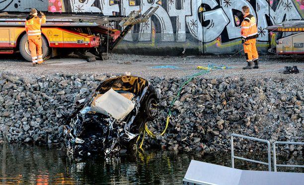 Varhain lauantaiaamuna auto syöksyi sillalta alas Ruotsin Södertäljessä. Turmassa kuoli Viola Beach -yhtye sekä yhtyeen manageri.