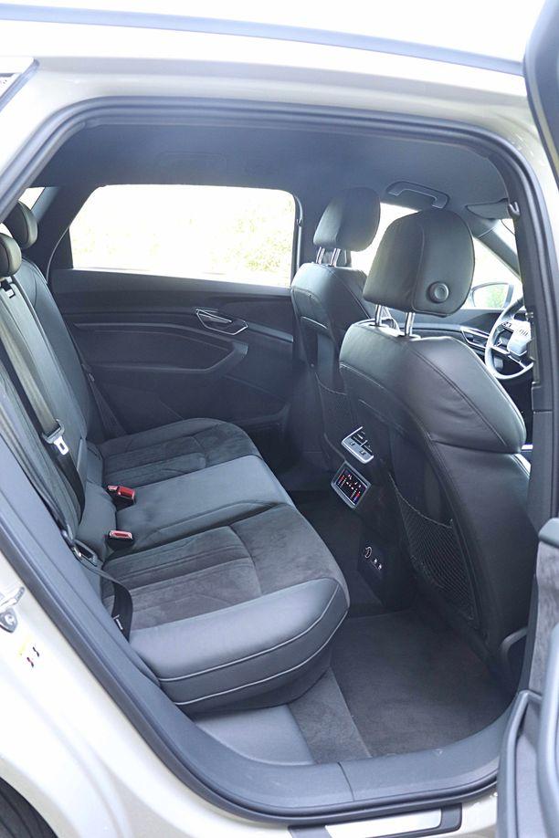 Auton takana on hulppeat tilat ja tasainen lattia vain antaa lisää väljyyttä.