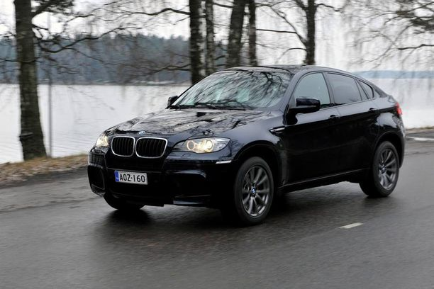 Amerikkalaisten tilastojen valossa tämä auto saattaa vaatia öljynlisäystä huoltojen välissä. Kuvassa BMW X6 M Iltalehden koeajossa joulukuussa 2009.