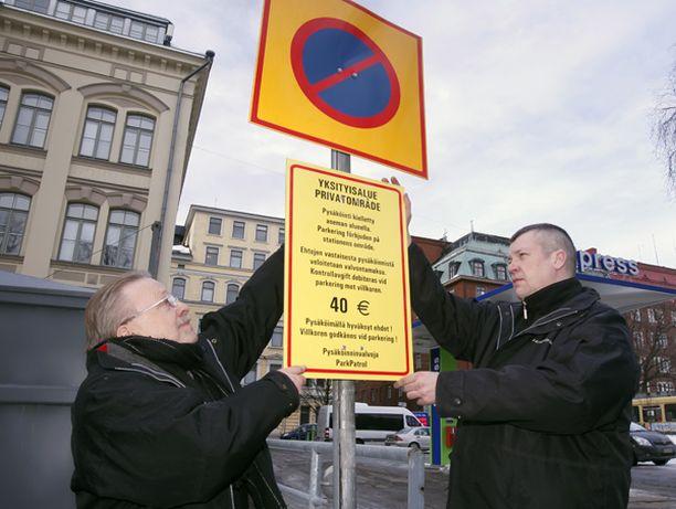 HOMMIIN! ParkPatrolin Lauri Mustonen palautti tiistaina rajoituskilven Ratakadun kylmäaseman parkkipaikalle Helsingin keskustassa.
