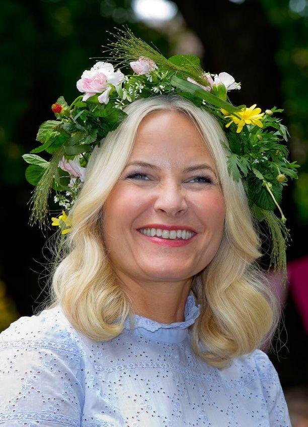Juhannuseleganssia norjalaisittain tarjosi kruununprinsessa Mette-Marit.