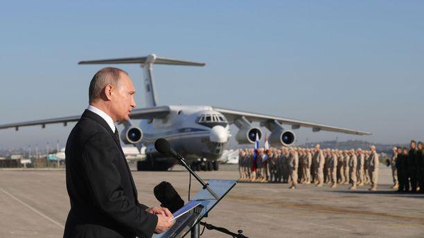 Putin puhui venäläisjoukoille Syyriassa viime vuonna.
