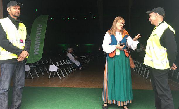 Lappilainen kansanedustaja Eeva-Maria Maijala valmistautui keskustan puoluekokouksen päätösjuhlallisuuksiin.