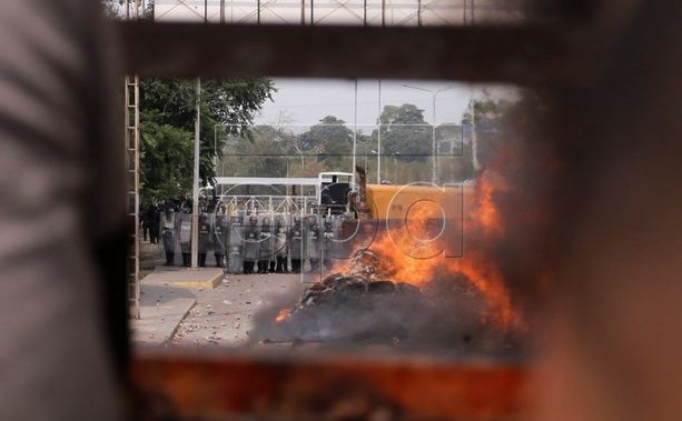 Venezuelan turvallisuusjoukot ovat estäneet avun saapumisen maahan kyynelkaasulla ja kumiluodeilla.